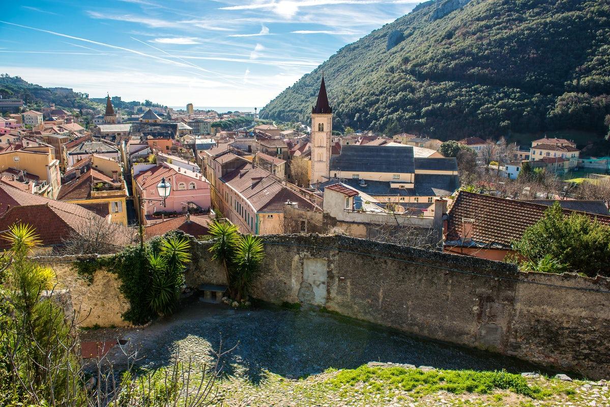 Finalborgo dalla strada verso Castel San Giovanni